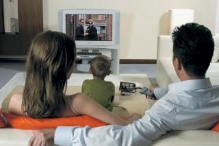 Шум работающего телевизора тормозит развитие речи ребенка